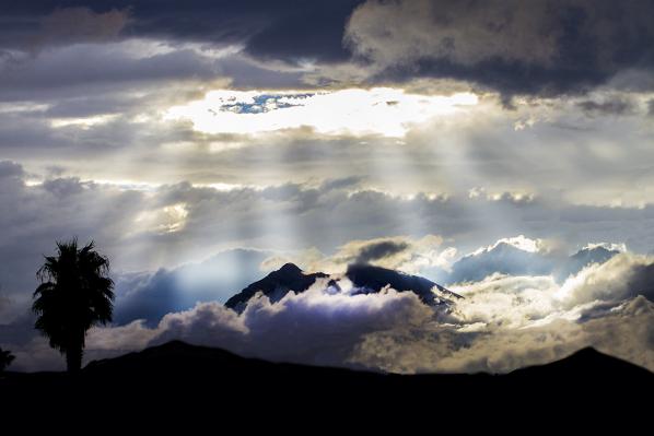 mountain-rain-crepuscular-rays